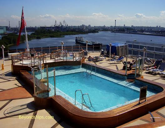 Cruise ship photo - Cunard cruise liner Queen Victoria - Lido pool
