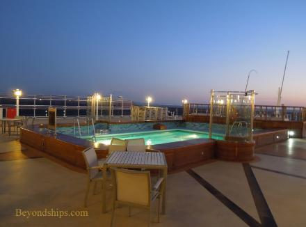 Cruise ship photo - Cunard cruise liner Queen Victoria - Lido pool night