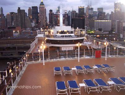 Cruise ship photo - Cunard cruise liner Queen Victoria - open deck